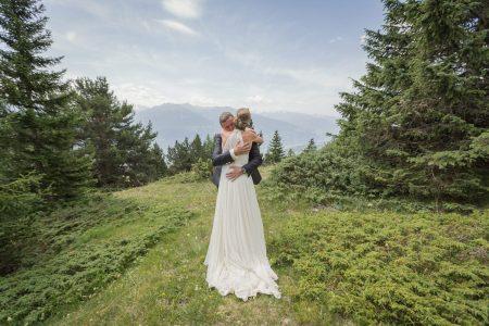 Mariage de Marie et Bertrand à la Chapelle de Crétaz d'Asse d'Aminona à Crans Montana en Suisse - Photographe Julie Rheme